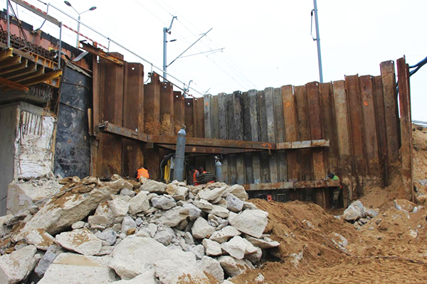 Mitigation of existing structure settlement by sheet pile walls when liquefaction